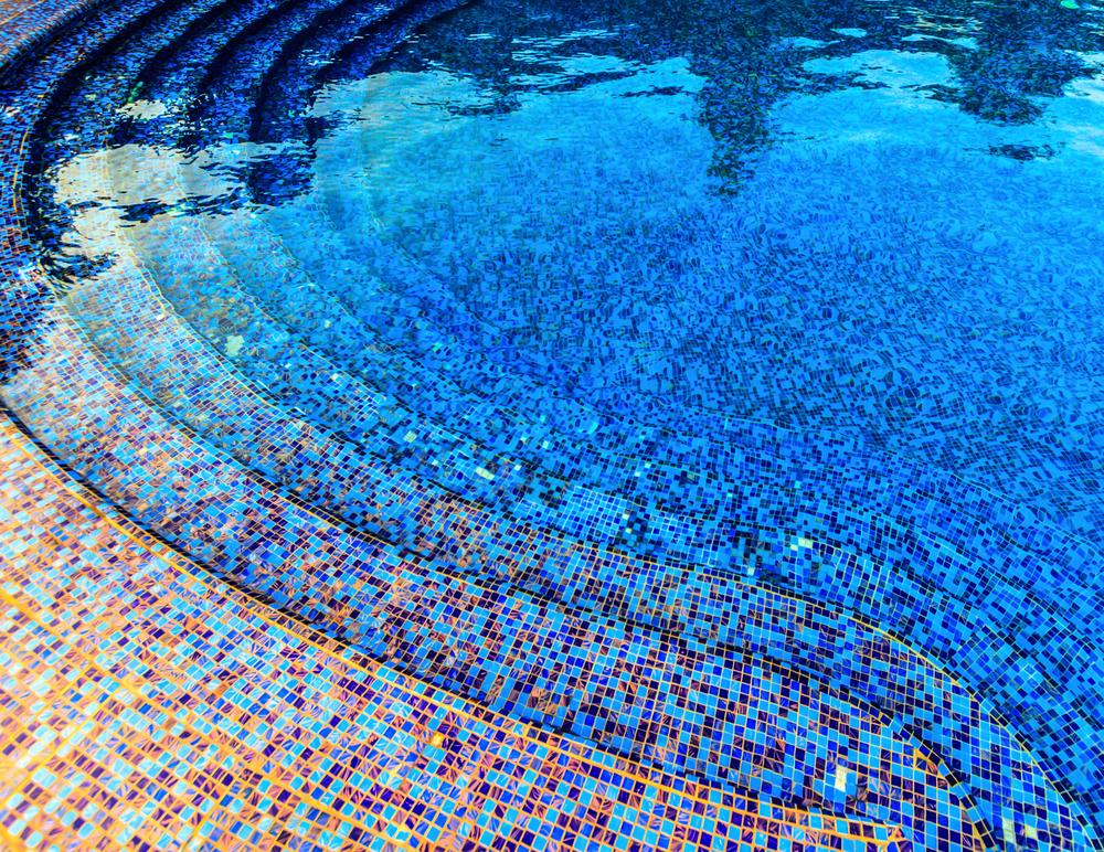 Carrelage de piscine : optez pour les émaux de verre !