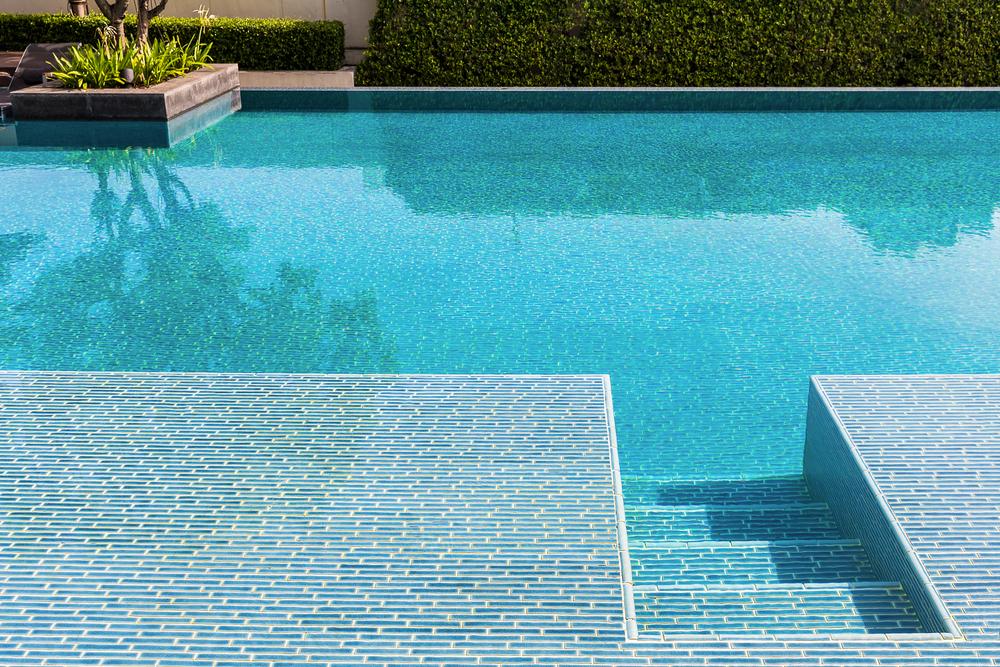 Céramique, mosaïque en pâte de verre, émaux de verre... Lequel choisir pour le carrelage de votre piscine ?