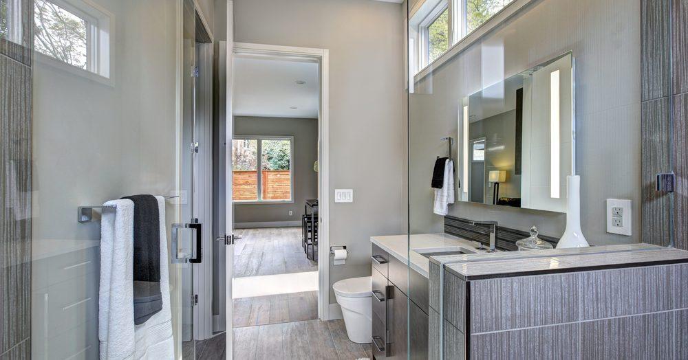 Agrandir une petite salle de bain grâce au carrelage