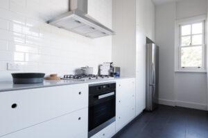 Que diriez-vous d'un revêtement en grès pour le plan de travail d'une cuisine
