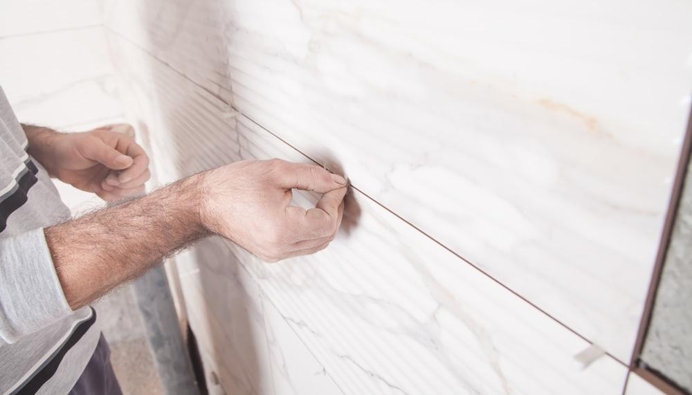 6 étapes pour poser le carrelage mural de votre salle de bain